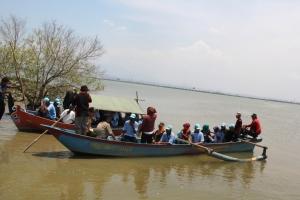 Meninjau Lokasi Rob dengan Perahu
